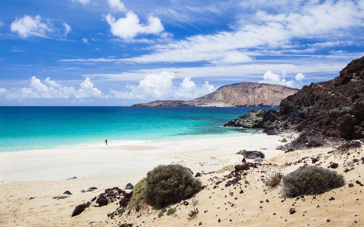 Posiblemente la playa más bonita de Canarias. Las Conchas, isla de La Graciosa: http://lanzarote3.com/es/playas/las-conchas