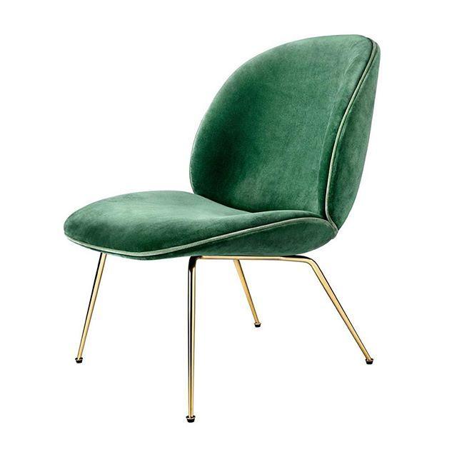 Så kom den här lilla godbiten in i vårt sortiment! Den har en kostym i grön sammet och ben i mässing. Modellen är en något lägre stol och passar bra som en loungemöbel. #beetleloungechair #gamfratesi #gubi #confidentliving