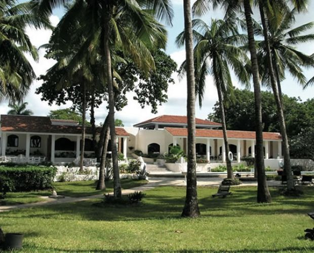 DIANI SEA LODGE- Diani Sea Lodge is an all inclusive property located on the white sandy shores of Diani beach, 30 kilometres south of Mombasa. The lodge is set in a lovely trophical garden. Accommodation consists of 151 bungalows and 10 comfortable rooms in the cottage. all rooms are air conditioned, have en-suite facilities and feature hand-made Lamu style furniture.
