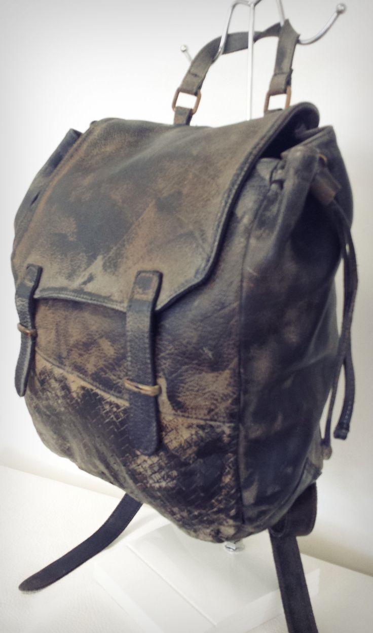 ART.96 Borsa zainetto in vera pelle.  Disponibile in nero, cuoio, taupe e testa di moro. Misure: 35x30x11   ART.96 Backpack made of genuine leather. Available in black, buff, taupe and dark brown. Measures: 35x30x11