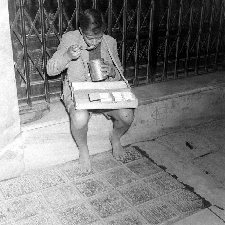 Dmitri Kessel, Νοέμβριος 1944, Αθήνα, νεαρός πλανόδιος σιγαροπώλης εν ώρα νυχτερινής σίτισης.