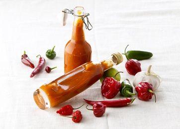 Hvis hot-saucen skal være stærk så brug mange habanero, men skal den være mildere i smagen, skal der bruges flest spanske chilier el. snackpebre