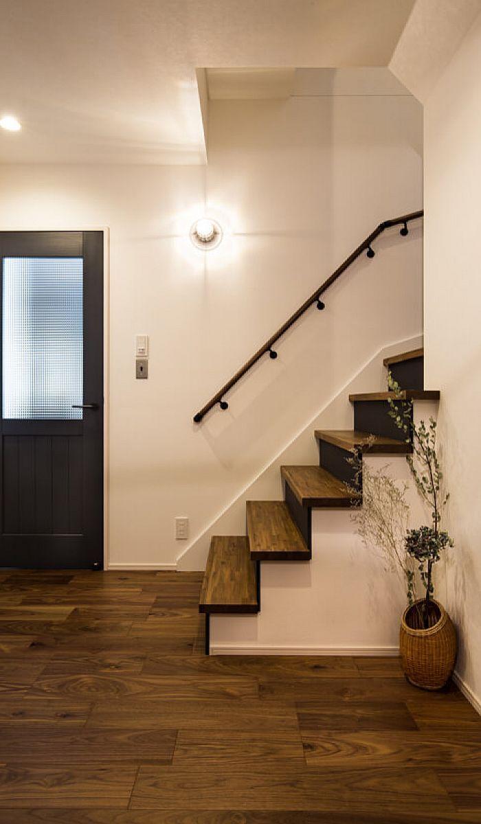 玄関ホール 重厚な色 艶が特徴のウォールナットを使用した床材