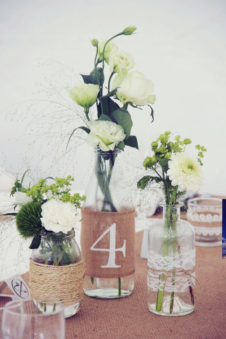Voici un joli mariage maison et DIY plein d'idées originales et conviviales et de décoration réalisée par la mariée, qui se déroule sous un chapiteau dans
