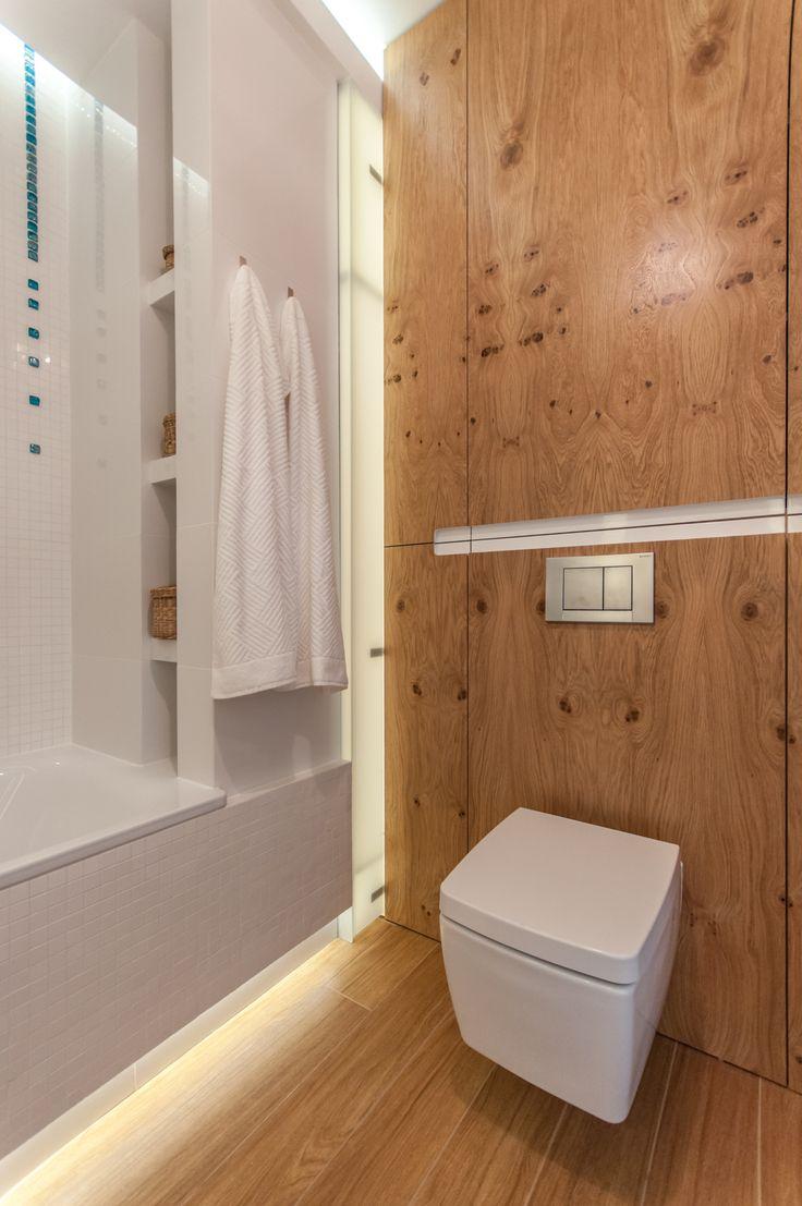Biała łazienka ocieplona drewnem i turkusowymi szklanymi kroplami z mozaiki