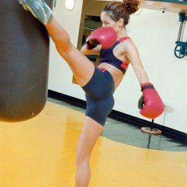 Kick Boxing: sfoga la rabbia e tonifica le braccia  Stai guardando:  Gli sport per dimagrire: addio a calorie e stress