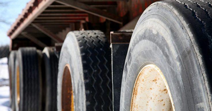 Aprender a ir marcha atrás con un semiremolque. Ir marcha atrás con un camión que tenga remolque es una habilidad que va más allá de cualquiera que se le enseñe a los conductores. Debido a que un remolque tiene una quinta rueda, o punto de pivote, el remolque sigue el camino inverso de la forma en que se direcciona el volante (si estás dirigiendo desde la parte superior de la rueda). Pero con ...