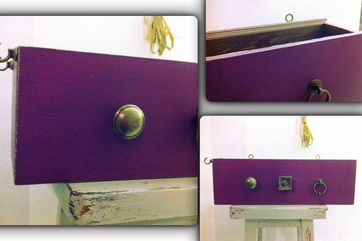 Una scatola di vini che diventa uno splendido contenitore da appendere al muro. Con l' aggiunta di pomelli e originali ganci si possono appendere collane e orecchini .