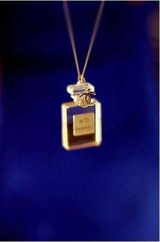 Tiny Chanel No. 5 perfume necklace | Collier de bouteille de parfum