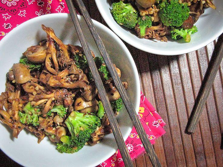 Refogado de shitake, shimeji e brócolis no óleo de gergelim torrado