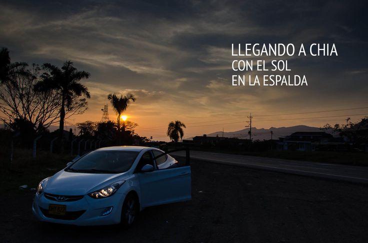 Llegando a Chia durante mis vacaciones, justo en el ocaso, cuando el sol desciende despacio, tras mis espaldas. Allí mi automóvil Hyundai i35. Esta es la Bella Colombia. Por: Fredy Castañeda - Camara Nikon D7000.