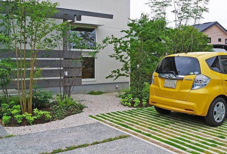 駐車スペースの緑化  地方での生活は、駐車場は最低2台、来客のことを考えると3台分ほしくなる。これを舗装してしまうと夏の照り返しは相当なものだ。帯状に緑化して緑のスペースを増やした。