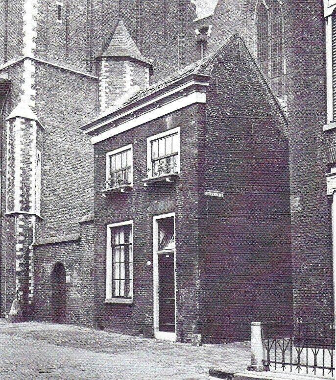 Het klokkenluiders huisje aan de Nieuwstraat,  hoek oude kerkhof (sint janskerk)