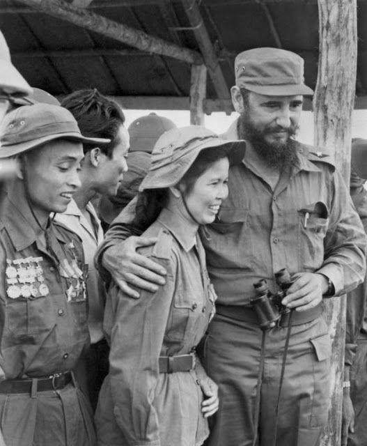 Fidel Castro con Ta Thi Kieu, heroína Vietcong, en septiembre de 1973, durante un viaje a Vietnam. © AVI / AFP. Fuente. Ta Thi Kieu fue un símbolo de las muchas mujeres vietnamitas que empuñaron las armas para luchar contra el ejército de EE.UU.