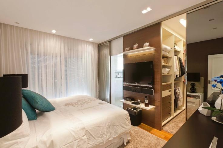 Integrado ao dormitório pela porta de correr espelhada e o piso de madeira, o closet (5 m²) assinado pela arquiteta Mayra Lopes tem sistema modulado, da Ornare, em MDF com acabamento laminado e ferragens da Blum. Marcelo Scandaroli/