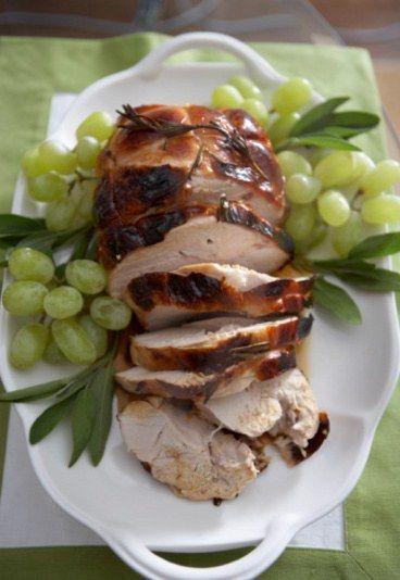 Niedzielny indyk - lekki - Przepisy wielkanocne lekkostrawne - Pieczona pierś z indyka z jabłkami Składniki: - 1 podwójna pierś z indyka - 2-3 jabłka - oliwa z oliwek - 50 dkg masła - przyprawy: sól, pieprz, tymianek, majeranek...