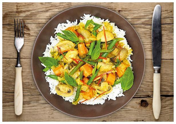 Basmatireis, gelbe Curry Paste, Zwiebel, Limette, Karotten, Thai Basilikum, Kokosmilch, Champignons, rote Chilischote, grüne Bohnen, Salz, Öl, Zucker, Brühe