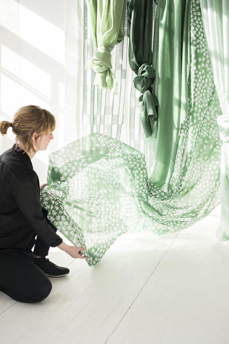 Design Lager av Sven Fristedt, Håller i tyget gör Liv Gisslandi. Design Lager by Sven Fristedt, holding the textile Liv Gisslandi.