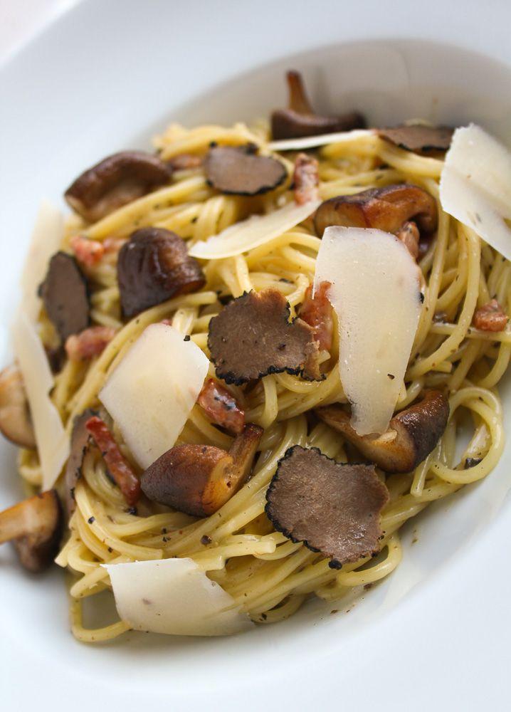 Een lekker en makkelijk recept voor spaghetti carbonara met paddestoelen en truffel. Recept: www.vertruffelijk.nl