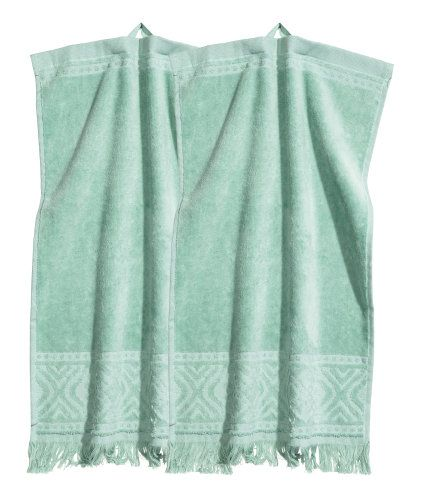 Mintgrön. Gästhanddukar i bomullsfrotté med jacquardvävt mönster. Hängare på ena kortsidan och fransar nedtill.