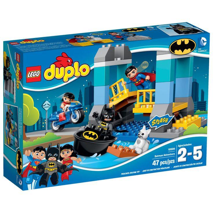Conheça o espetacular Lego Duplo DC Comics - A Aventura de Batman, um conjunto muito animado que vai proporcionar muitos momentos de diversão.   Junte-se a BatmanT, SupermanT e a Mulher Maravilha para salvar o dia em Gotham City!   Eles têm por missão salvar o gato que caiu da ponte. Primeiro ajude SupermanT no voo de descida para elevar a ponte pesada para BatmanT passar em seu Batbarco e tirar o gato da água.   Depois volte a colocar a ponte de volta em seu lugar antes que a Mulher…