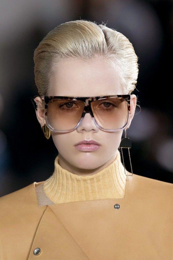 Am ochit, in culisele prezentarilor de sezon, cateva coafuri pentru blonde care arata, pur si simplu, mai bine, pe un par deschis!