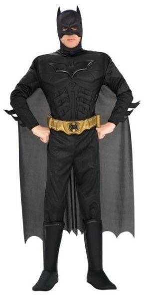 Naamiaisasu; Batman Dark Knight Deluxe. Naamiaisasu on Batman Dark Knight -elokuvan lisensoitu asukokonaisuus. Todellinen Yön Ritarin naamiaisasu muskelirintapanssareineen! Naamiaisasu sisältää: - Haalarin muskelirintapanssarilla - Kengänpäälliset - Viitan - Naamion - Vyön  M-koko on sopiva max. 178cm/ 80 kg Tarkat mitat löydät kokovariaatioiden yhteydestä.