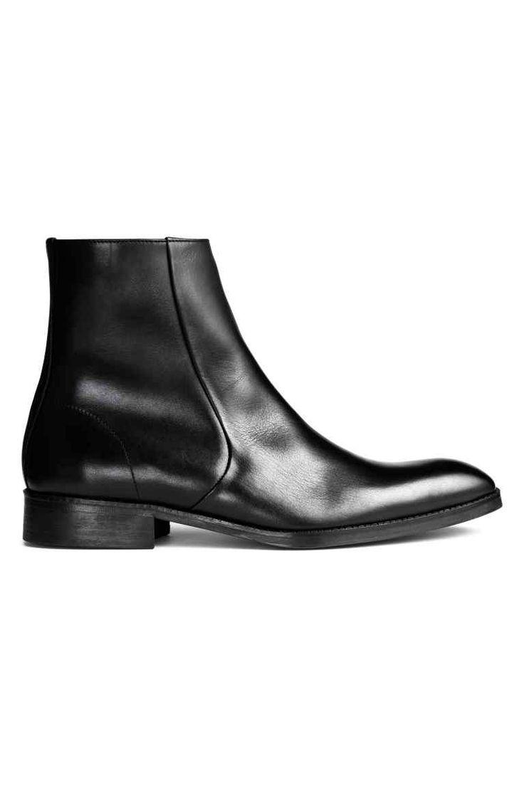 Leren boots: PREMIUM QUALITY. Een paar leren boots met een spitse neus, een ritssluiting opzij, een voering en binnenzool van katoenen canvas en een rubberen zool. Hak 3,5 cm.