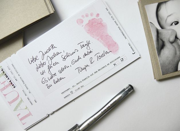 Mit dieser Taufeinladung läßt sich eine liebevolle und vor allem persönliche Erinnerung für Freunde und Familie herstellen. Die Einladungen werden handschriftlich ausgefüllt und mit einem...