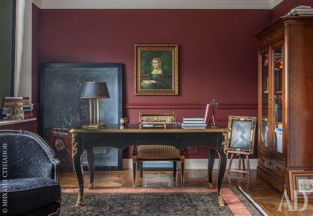 Ампирный кабинет на самом деле играет роль второй гостиной. Письменный стол идиван, Moissonnier. Книжный шкаф, Le Ker.