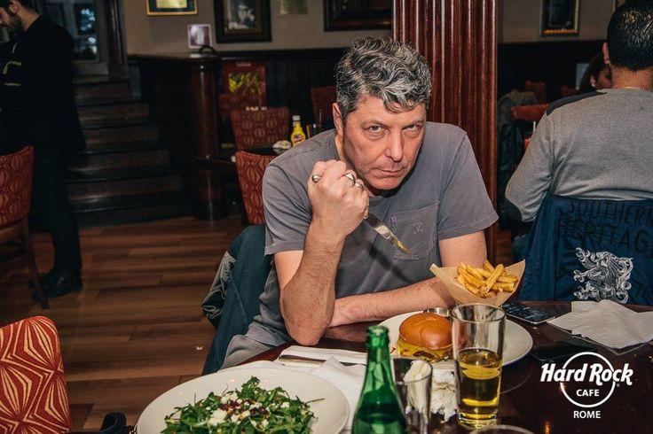 #DarioCoccoluto alle prese con il mitico #LegendaryBurger #HardRockCafe #Roma