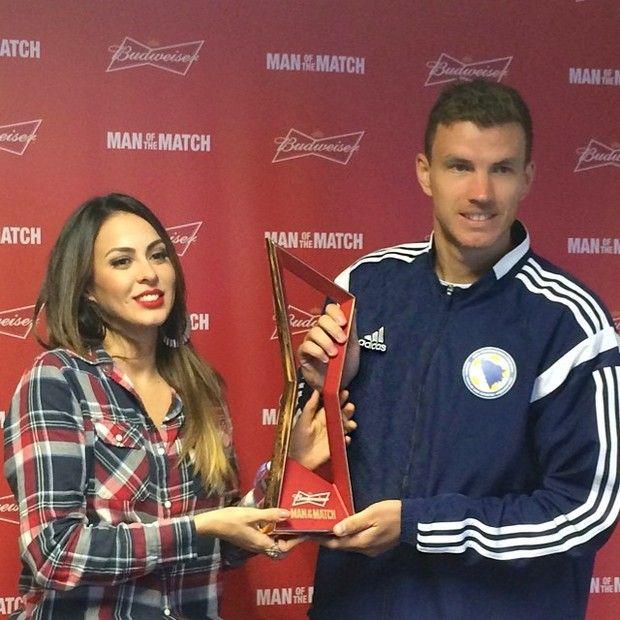 Alinne Rosa entrega troféu a jogador da Bósnia por atuação em jogo Edin Džeko, atacante da seleção bósnia foi eleito o melhor em campo, apesar da eliminação de seu time na Copa do Mundo. (Foto: Instagram / Reprodução)