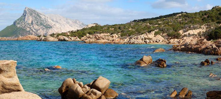 L'autonoleggio il modo più comodo per visitare San Teodoro nelle vacanze. In questa foto di Only Sardinia Autonoleggio: mare con l'isola di Tavolara di sfondo.