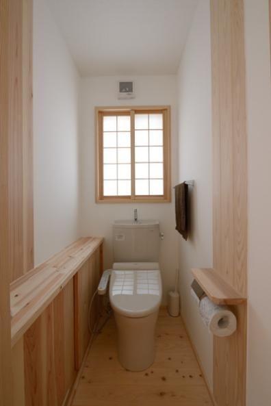 バス/トイレ事例:和風トイレ空間(『B/storage』本がたくさんあるシンプルな木の家)