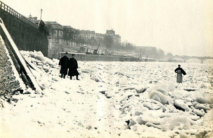 """Une vue de la seine gelée au pont de Sully, en janvier 1891.  L'hiver 1891 a été l'un des plus longs et des plus froids enregistrés à Paris, et l'embâcle fut total à partir du 11 janvier.  En prévision d'accident possible, et afin de dissuader les parisiens de s'aventurer sur la glace, la Préfecture de Police a fait afficher l'ordonnance interdisant """"le passage et les glissades sur la Seine, la Marne et les canaux""""."""