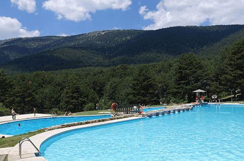 Piscinas públicas de ensueño #piscina #pool #pools #piscinapublica #piscinamunicipal #mejorespiscinas #mejorespiscinasmundo #turismo #piscineo Sierra, Happy People, Outdoor Decor, Photography, Bar, Editorial, Lush, Books, Big Pools