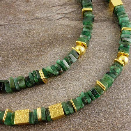 Smaragd-Collier mit vergoldetem Sterling Silber. Edelsteinketten von Brombeergrün