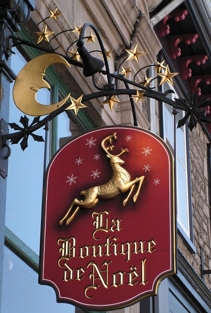 Shop Sign / Canada Amalia; original diseño de este tienda navideña, tanto por su color como por la luna y el reno