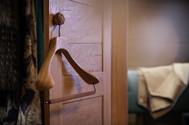 We simply love oak wood and its beautiful grain that make any room warmer and cozier.  Credits: Colombo Cashmere Ph. Paolo Bellon Visual: Guido Visual #hangwithcare #hangers #woodenhangers #bespoke #interior