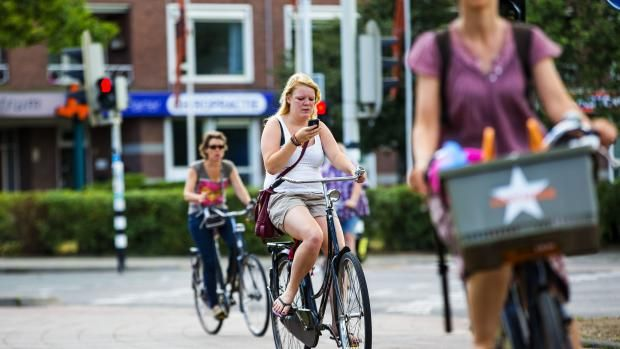 Bellen of appen op de fiets blijft toegestaan. Dat schrijft minister Schultz in een brief aan de Tweede Kamer. Het CDA had voorgesteld om fietsers aansprakelijk te stellen bij ongevallen door bellen of appen op de fiets. Nu is het zo dat automobilisten bij een ongeval aansprakelijk zijn, behalve als er sprake is van overmacht. …