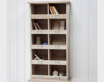 Messo in abete 12 fori Cubby per lo stoccaggio Dimensioni: H16cm x W21cm x D33cm Dimensioni per ogni sgabuzzino: H16cm x W21cm x D33cm Infulenced da armadietti della scuola tradizionale, il nostro negozio di scarpe depoca Chedworth è un modo meravigliosamente pulito e ordinato di nascondere tutti quei formatori randagi e scarpe da calcio. Realizzato in legno di abete, offre un sacco di scarpiera con otto vani e anche un po di spazio per unetichetta. Per gli articoli più bei, si prega di ...