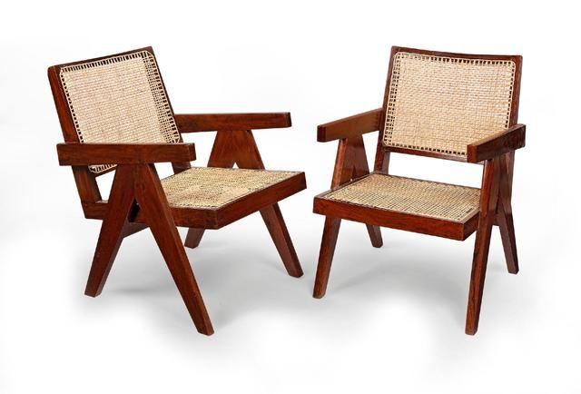 Pierre JEANNERET (1896-1967). Paire de fauteuils dits «Cane and teak wood armchair» en teck massif avec assise et dossier en cannage tressé. Vers 1955-56. H : 72 ; L : 50 ; P : 71 cm. Provenance : Résidences universitaires de Penjab University (secteur 14). ESTIMATION 7 000 € -8 000 € chez CANNES ENCHERES le Samedi 11 juillet à 14h00 à cannes