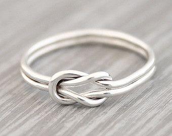 Een echt cadeautje voor jezelf of iemand anders! Deze prachtige kleine knoop ring. Het is handgemaakt van 1mm draad.  Materiaal: Sterling Zilver 925   ** Gelieve te laten me weten uw RINGMAAT in het bestelproces.    ---- Alle sieraden zijn handmaded door mij.