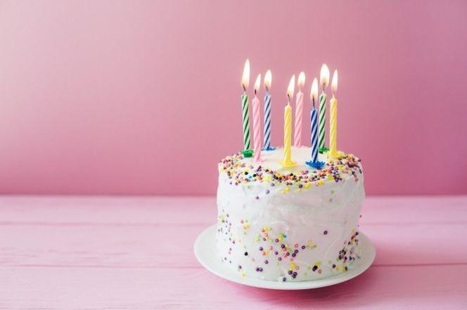 Velas Encendidas En La Torta Blanca Pastel Feliz Cumpleaños Sombreros Para Fiestas Tarjetas De Feliz Cumpleaños