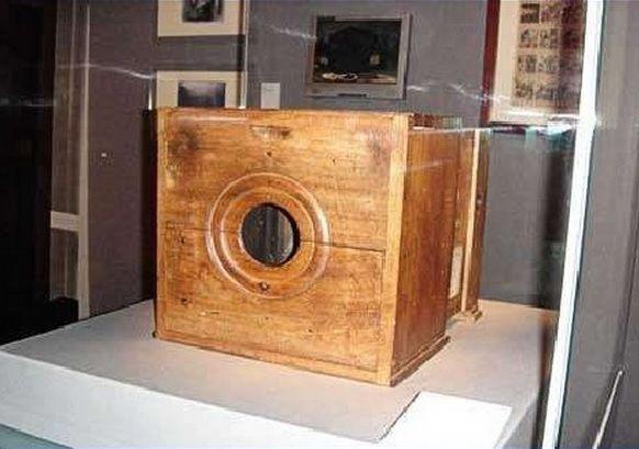 Esta es la primera cámara de fotos de la historia hecha en madera por Nicéphore Niépce en 1826.