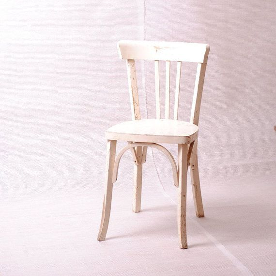 Cuisine Rouge Gris Blanc : ancienne chaise de bistro des années 1950 en bois elle est en bon