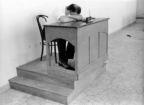 """Federico Fellini durante le riprese di """"8 ½"""", Cinecittà, 1963  Photo: Tazio Secchiaroli http://entregulistanybostan.tumblr.com/post/121879296648/federico-fellini-durante-le-riprese-di-8-%C2%BD"""
