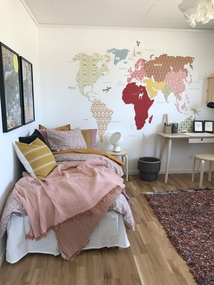 dormitorio juvenil para chicas en rosa palo, pintura mural composición mapamund…