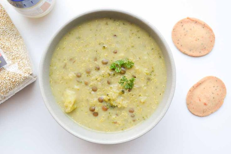 Dit recept voor broccoli quinoa soep komt uit het boek Kickstart van Lisa Steltenpool. De soep zit bomvol gezonde ingrediënten!