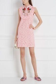 Хлопковое платье Gucci. Кружевное платье-мини розового цвета из коллекции узнаваемого бренда Gucci. Это платье стало одной из характерных моделей новой коллекции. Кокетка изделия украшена воланом и симметричной вышивкой в виде цветов. Нежное платье, которое будет уместно как на коктейльной вечеринке, так и на свидании.